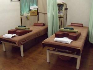港区麻布十番じゅうばん鍼灸整骨院の、」妊娠中や腰痛などでうつ伏せができない方の為の抱き枕や高さの違う枕の風景